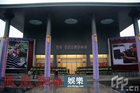 晋追悼会举办地龙华殡仪馆准备就绪-谢晋追悼会 红地毯铺就60年从