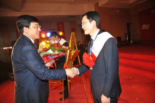 伊利召开2008年度总结表彰暨迎新年联谊会--招