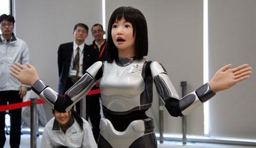 高仿真美女机器人亮相东京时装周