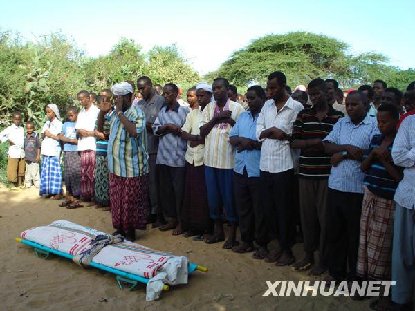 穆罕默德/6月7日,在索马里首都摩加迪沙,人们在为遇袭身亡的谢贝利电台...
