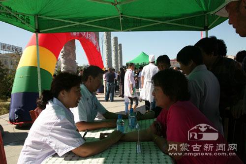 来自内蒙古中蒙医院的专家为当地老百姓义诊-蒙中医药科普大篷车走