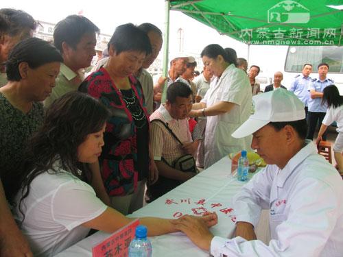 来自内蒙古中蒙医院的专家苏木亚为当地群众义诊-内蒙古专家为当地