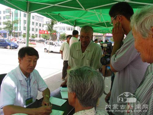 来自内蒙古中蒙医院的专家刘春甫为当地群众义诊-内蒙古专家为当地