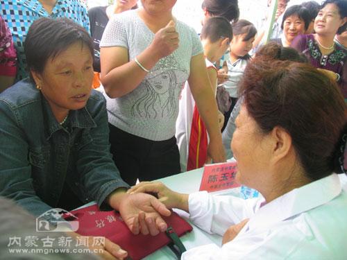 来自内蒙古中蒙医院的专家陈玉华为当地群众义诊-内蒙古专家为当地