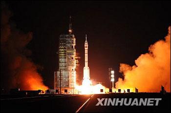 神舟七号飞船在酒泉卫星发射中心升空。新华社记者李刚摄