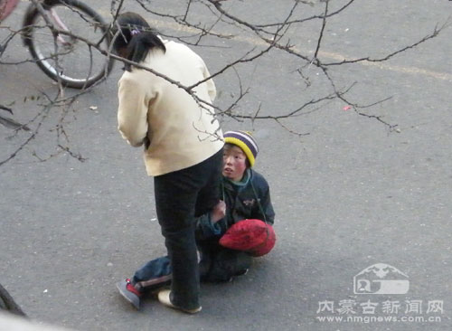 小乞丐强行乞讨-王捷 行乞人员满街跑折射社会管理缺失图片