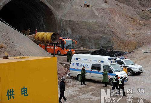 急救车辆在塌方事故隧道口外集结.新华社记者 张领 摄-内蒙古铁路