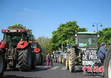 """据新加坡""""联合早报网""""报道,法国约5000名种粮农民27日一早聚集图片"""