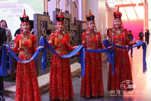 贾庆林参观上海世博会内蒙古馆