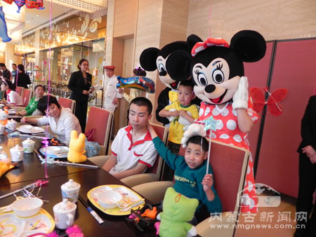 孩子们一起欢庆六一儿童节