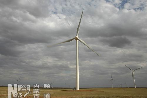 7月5日,内蒙古达茂旗巴音风电场风机正在运转.