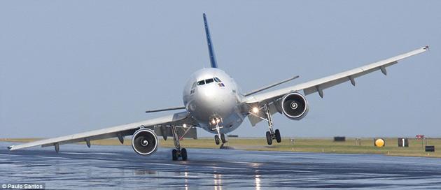 国际在线专稿:据《每日邮报》8月10日报道,近日,葡萄牙亚速尔国际航空公司一架搭载了近200名乘客和机组人员的A310客机在机场降落时遭遇了强烈侧风的突袭,致使机身严重倾斜,机翼和发动机险些与跑道地面碰撞酿成灾祸。   据悉,这架A310客机是从葡萄牙首都里斯本飞往亚述尔群岛拉日什的,在目的地拉日什机场降落时遭遇到了强烈侧风影响。这个惊心动魄的时刻被飞机摄影师保罗桑托斯记录下来。   保罗这样描述了事情发生的经过。这架A310客机降落时他正在停机坪上为不同机型的飞机拍摄相片。正当飞机即将降落时,风向