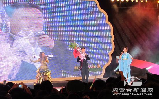 韩磊纵情高歌为内蒙古喝彩.通讯员贾霞摄