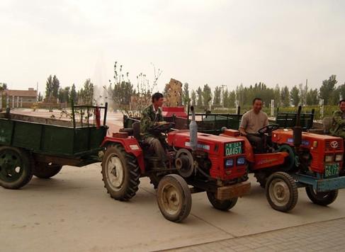 """翁旗/翁牛特旗农机监理站,在开展农机安全监督管理工作中,把""""便民..."""