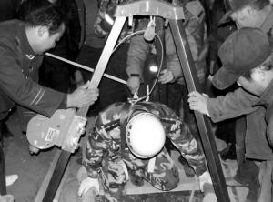 赤峰/12月4日,一男子在自家院内的枯井内储藏胡萝卜,下井取菜时砖...