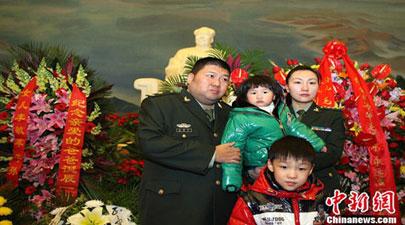 毛新宇一家纪念毛泽东诞辰117周年