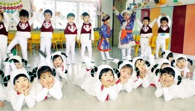 通辽市蒙古族幼儿园的小朋友们正在玩游戏