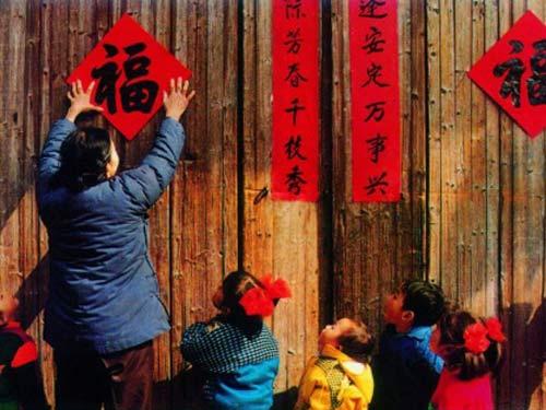 春节前夕,家家户户都要贴上红红的春联