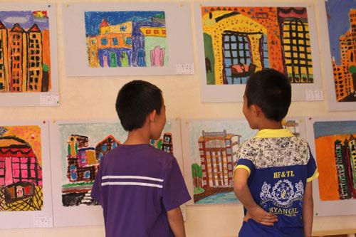 赤峰市儿童六一节跟爸爸妈妈看房画房学环保低碳