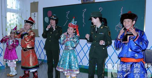 边防干警关爱聋哑儿童