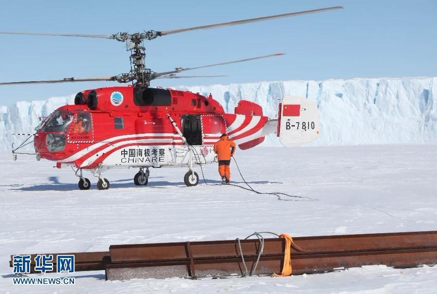 直升飞机运来铺桥需要的材料(11月30日摄)