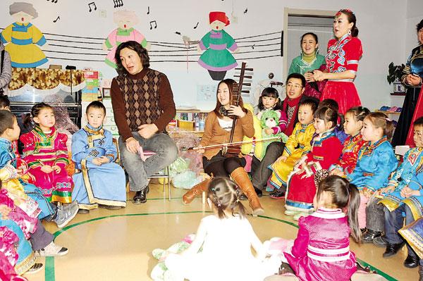 12月30日,自治区团委、青联委员和妇联执委30余人来到呼和浩特市蒙古族幼儿园,与幼儿园师生、家长共同举行了迎新年联欢会。   联欢会上,文艺界的委员为小朋友们奉献了精彩的文艺节目,幼儿园的小朋友们也表演了新疆舞、蒙古族舞、时装走秀等节目。   团委、青联委员和妇联的执委还深入班级与幼儿园小朋友互动交流,文艺界的委员教小朋友唱歌,书画界的委员和小朋友同画祖国版图,体育界的委员和小朋友做游戏,企业界的委员为小朋友们捐赠了价值10万元的快乐教育学课件,为小朋友送去暖暖的爱心和新年的祝福。记者 赵曦 摄影报