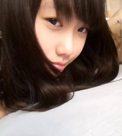 闫妮14岁女儿元元的卖萌自拍照