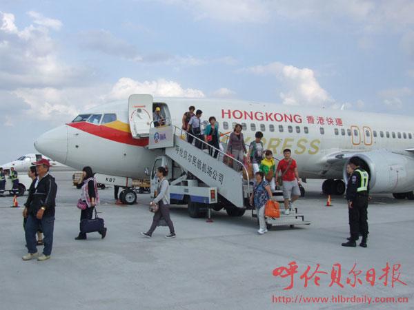 呼伦贝尔-香港-台湾旅游包机4日抵达海拉尔   6月4日下午15时40分,随着一架由台湾飞来的航班缓缓降落在呼伦贝尔机场,103名台湾游客抵达海拉尔。这标志着呼伦贝尔-香港-台湾往返旅游包机航线正式开通,该航线的开通填补了内蒙古自治区通往台湾航线的空白,具有划时代的意义。   据了解,该航线的班期计划每周一班。其中海拉尔至香港航段由波音B738型客机执飞,航班号为HX2358/7,海拉尔起飞时间16:50,到达香港时间21: 45。香港至台湾航段采用空中客车A330机型执飞,航班号为HX284/5,香港