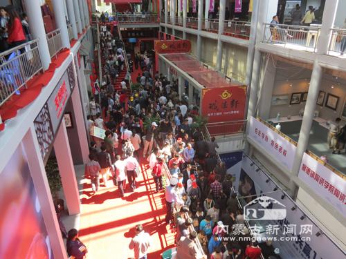 办的第九届中国景德镇陶瓷博览会,18日上午在中国陶瓷博物馆广场
