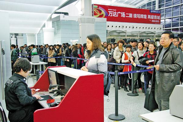 旅客在呼和浩特飞机场安检处有序排队