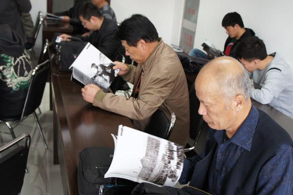 杨义/与会摄影爱好者欣赏画册