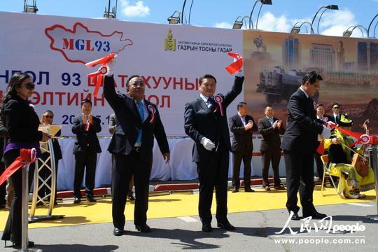 蒙总理阿勒坦呼雅格(右二)在剪彩仪式上。右一、右三分别为财政部部长乌兰、矿产部部长冈呼雅格。