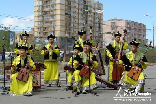 """""""蒙古93""""号汽油上市销售仪式上的马头琴乐队。"""