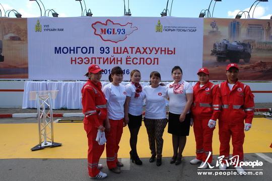 蒙古国首都乌兰巴托巴彦朱日赫区第3加油站职工合影留念。
