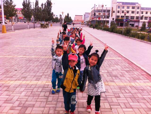 阿巴嘎旗蒙古族幼儿园的小朋友们在户外活动