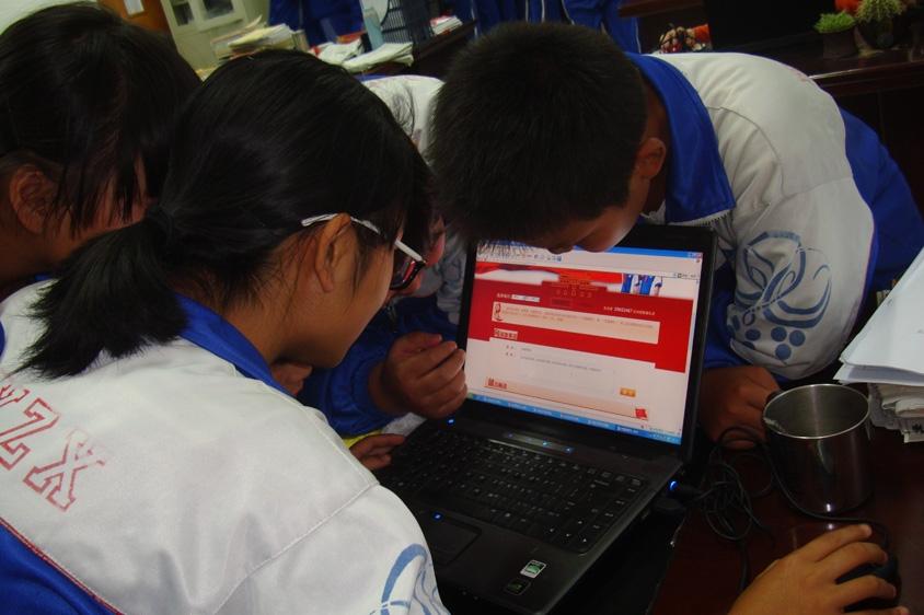 """学生积极登陆""""向国旗敬礼""""页面,留言寄语图片来源:鄂尔多斯市"""