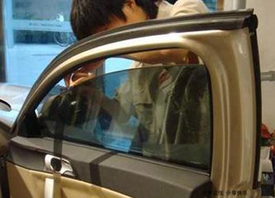 电动车窗系统是由车窗,车窗升降器,电动机,继电器,开关等装置