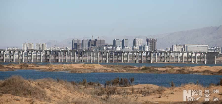 乌海湖大桥引桥。(石历增 摄) 由乌海市政府自筹资金兴建的乌海湖大桥目前正在加紧建设,该项目2012年4月开工建设,预计2015年10月完工。 乌海湖大桥起点位于乌达区滨海西区规划的道路路口,终点位于滨河新区的110国道与运煤通道南连接线交叉口。全线采用六车道一级公路标准建设,工程路线全长6153.