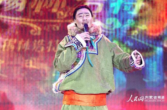"""内蒙古锡林郭勒在冬季冰雪那达慕期间,还举办了第四届蒙古族冬季服装服饰展演,来自蒙古国和中国的21支代表队,共同展示了绚丽多彩的蒙古族服饰。   为进一步挖掘和弘扬草原文化,在春节期间充分展示内蒙古深厚的民族服饰文化底蕴,传播蒙古族服装服饰文化,增进蒙古族服装服饰生产加工的学习和交流,内蒙古举办第四届""""乌珠穆沁杯""""蒙古族冬季服装服饰大赛。   来自蒙古国的代表队以新潮的设计理念,精美的缝制工艺,端庄得体的展示了新颖的冬季服饰,并夺得多个大奖。   蒙古族服饰不仅是不同族群形象特征"""