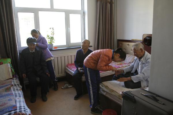 县青年志愿者到敬老院为老人剪指甲-突泉新闻网 新闻