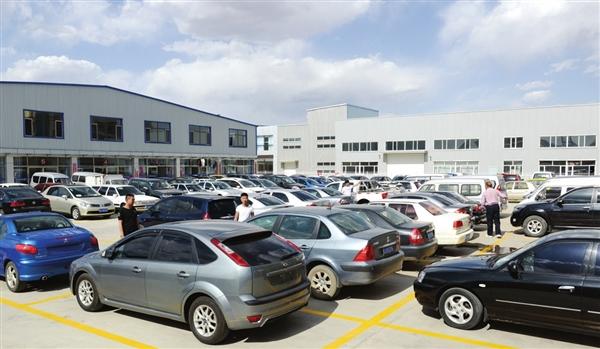在汽车产业迅猛发展的今天,二手车交易已成为我市汽车流通领域极具潜力的新兴产业,占地面积8000多平方米、300多个停车位的鑫盛二手车交易市场,配套齐全,秩序良好,为交易双方提供了优质服务和信息平台,自运营以来,交易旺盛,发展势头强劲。(张晓鹏摄)