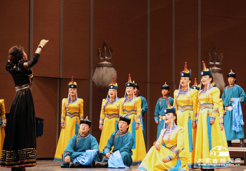 本网讯(记者 赵静)7月1日晚,《美丽的草原我的家》无伴奏合唱音乐会在内蒙古民族艺术剧院民族剧场上演。   音乐会上,内蒙古民族艺术剧院蒙古族青年合唱团、内蒙古少年合唱团共演出了《圣主成吉思汗》、《四海》、《父亲的草原母亲的河》、《lnsalata ltaliana》、《劝奶歌》、《牧羊歌》、《卖花生》、马头琴合奏《初升的太阳》、《求雨》、女声合唱《百鸟会》、《屋顶上白鹳》 等精彩节目。为本场音乐会演出的内蒙古民族艺术剧院蒙古族青年合唱团始建于1987年,现由原内蒙古民族歌舞剧院蒙古族青年合唱和内蒙古