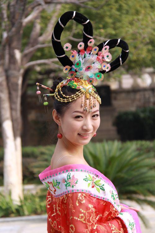 昭君博物院前的文化表演 邹远景摄