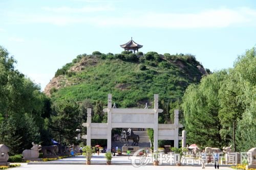 昭君墓,墓体状如覆斗,高达33米,底面积约13000平方米,是中国最大的汉墓之一。