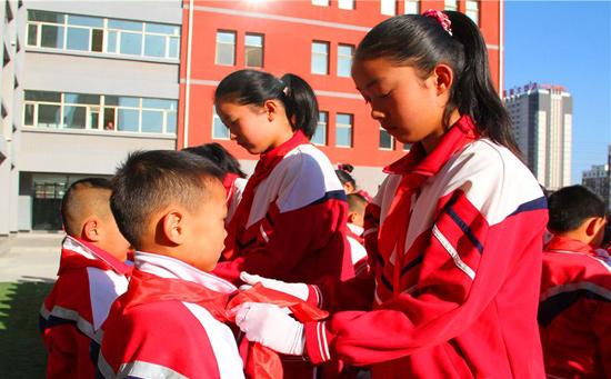 内蒙古新闻 盟市图片 正文    10月13日,少先队员们庄严地行少先队礼.