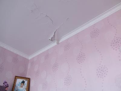 楼上装修不知渗水楼下遭殃房顶被泡