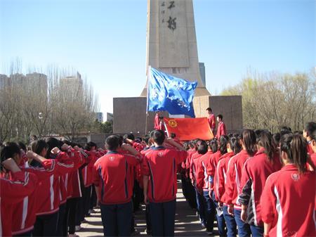 内蒙古新闻网 呼和浩特.回民区新闻网 呼市七中开展清明节祭扫活动 -