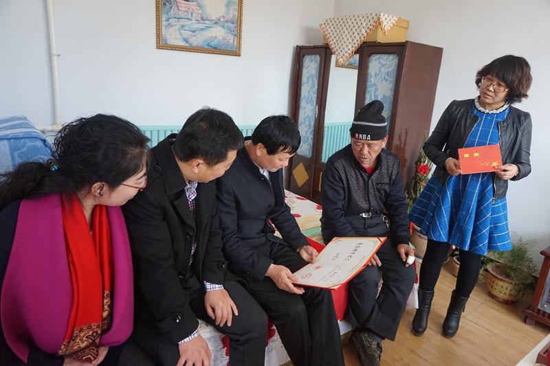 鲜花送给身边的雷锋志愿者-内蒙古文明网-内蒙古新闻