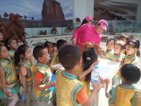 乌后旗民族幼儿园组织了幼儿参观旗泥塑馆和旗博物馆