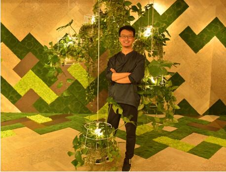 """设计师姜辉将这款艺术设计作品命名为""""木意雅居"""",并现场解读其灵感"""